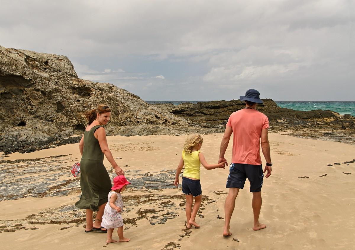family_beach_fun_seaside_summer_mother_sea_father-1192780.jpg!d.jpg